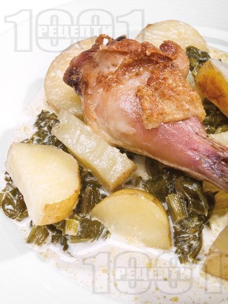 Печено пиле на порции с пресни картофки, сметана и лапад на фурна под фолио - снимка на рецептата